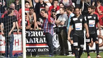 Neu-Sportchef Raimondo Ponte diskutiert nach dem Abpfiff mit den Aarau-Anhängern.