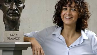 Chemie-Nobelpreisträgerin Emmanuelle Charpentier zusammen mit dem Namensgeber des Berliner Instituts, an dem sie arbeitet. Als relativ junge Frau (51) in einer Welt der alten Herren haben sie sogar die Boulevardmedien ins Visier genommen.