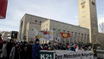 """Der Stuttgarter Hauptbahnhof ist in die Jahre gekommen - 1922 eröffnet erinnert der festungsähnlich aussehende Bau an spätere Monumentalbauten des Nazi-""""Hofarchitekten"""" Albert Speer, ist aber ein Kind der Stuttgarter Schule: zwischen Historismus und Moderne (Aufnahme vom 18. Dezember 2010)."""