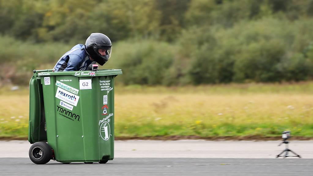 HANDOUT - Andy Jennings, Konstrukteur aus Großbritannien, fährt bei seinem Weltrekordversuch in einer motorisierten Mülltonne. Foto: Harvey Brewster/PA Media/dpa - ACHTUNG: Nur zur redaktionellen Verwendung im Zusammenhang mit der aktuellen Berichterstattung und nur mit vollständiger Nennung des vorstehenden Credits