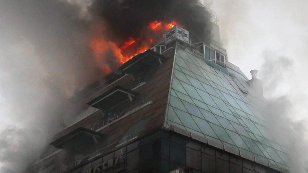 Lodernde Flammen und dichte schwarze Rauchwolken: Bei einem Brand in einem südkoreanischen Sportzentrum kamen mindestens 29 Menschen ums Leben.