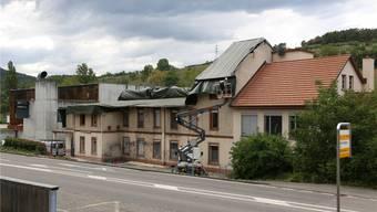 Nach dem Brand wurde das Dachgeschoss abgerissen und die undichten Stellen wurden provisorisch abgedeckt.