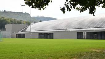 Auf der Ostseite der Eishalle werden die Notausgänge zu regulären Ausgängen umgestaltet.