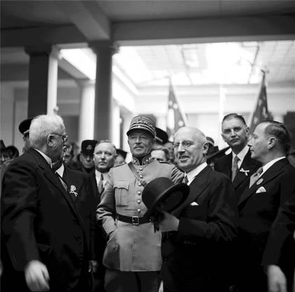 Geistige Landesverteidigung: 1941 besucht General Guisan (3.v.r) die Muba mit Bundespräsident Ernst Wetter, (3.v. r) und Messedirektor Theodor Brogle (1.v.r.).