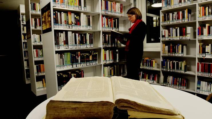 Bibliothekarin Kerstin Paul in der Bibliothek der Israelitischen Cultusgemeinde.