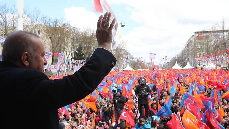 Die Kommunalwahl in der Türkei am heutigen Sonntag dürfte vor allem für Präsident Recep Tayyip Erdogan spannend werden - weil mancherorts Niederlagen seiner Partei AKP erwartet werden.