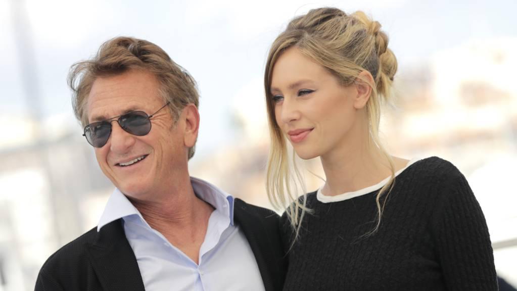 Schauspieler Sean Penn und seine Tochter Dylan Penn beim Photocall für den Film «Flag Day» bei den 74. internationalen Filmfestspielen in Cannes. Foto: Vianney Le Caer/Invision/AP/dpa