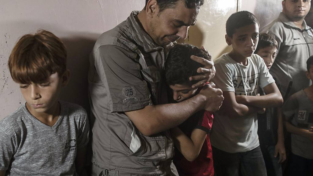 Angehörige trauern während der Beerdigung des zwölfjährigen Palästinensers Omar al-Nile. Foto: Khalil Hamra/AP/dpa