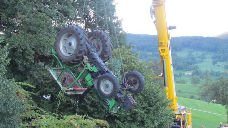Küttiger Traktor-Fahrer stürzt in ein Tobel