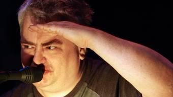 Sänger Daniel Johnston bei einem Auftritt 2008 im Club El Local in Zürich. (Archivbild)