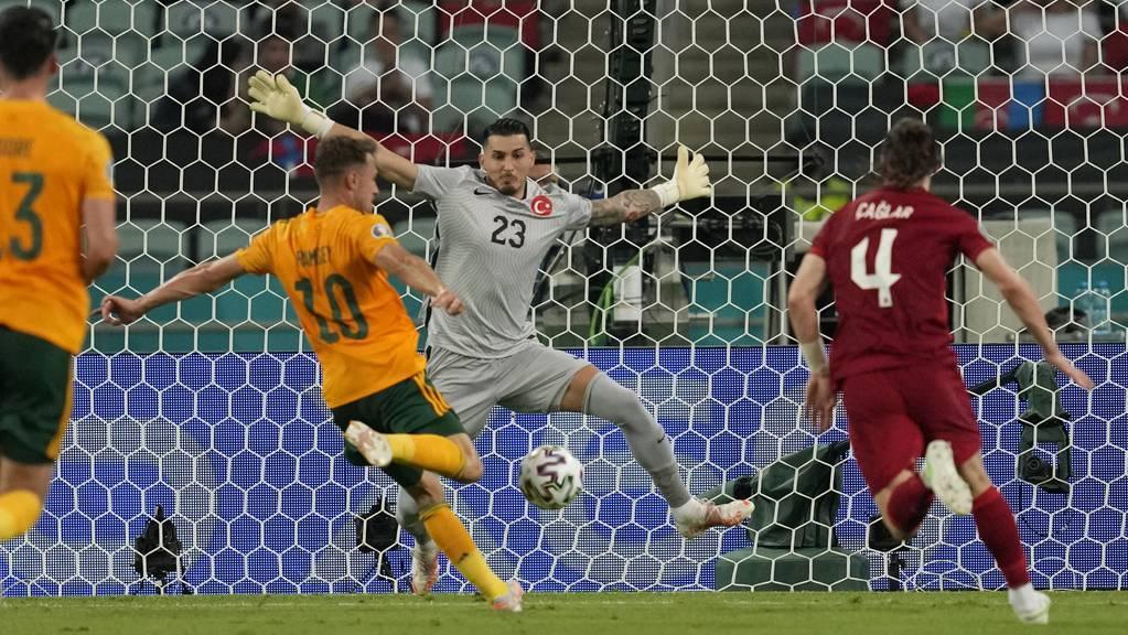 Aaron Ramse schiesst das 1:0 für Wales, Türkie-Goalie Ugurcan Cakir ist chancenlos.