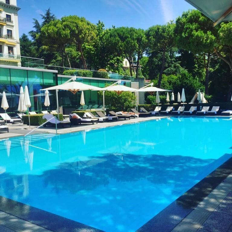 Der Pool im Beau-Rivage Palace. (© Instagram/Beau-Rivage Palace)