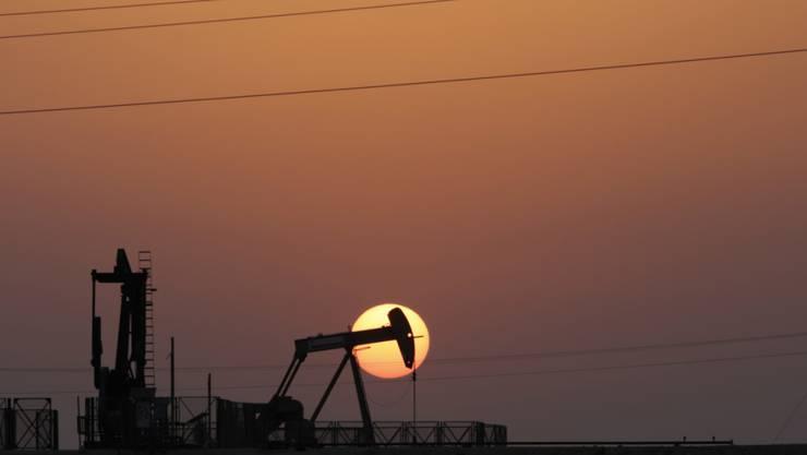 Im Januar haben sich grosse Ölförderländer wie  Saudi-Arabien nicht nur an die vereinbarte Limite für die Ölförderung gehalten, sie haben sogar noch weniger Öl gefördert. Das treibt den Ölpreis wieder hoch.