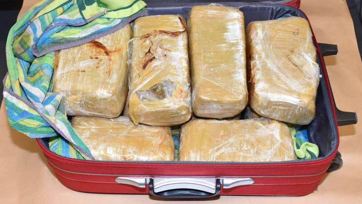 Diese rund zehn Kilo Marihuana hatte ein Schmuggler im Gepäck, der in einem Reisebus bei Thayngen SH kontrolliert wurde.