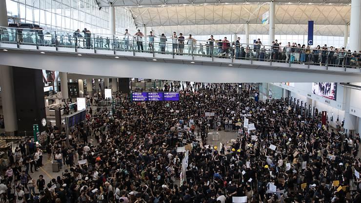 Hunderte Demonstranten haben sich zu Protesten im Flughafen von Hongkong versammelt. Sie wollen insbesondere Besucher vom chinesischen Festland über die Anti-Regierungsproteste informieren.