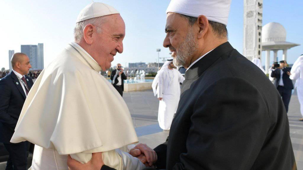 Papst Franziskus und der Grossimam der islamischen Al-Azhar-Universität von Kairo, Scheich Ahmed al-Tajib, wollen sich gemeinsam für die Bekämpfungen von Extremismus einsetzen.