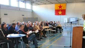 Gemeindeammann Susanne Schläpfer (stehend) informiert die Teilnehmerinnen und Teilnehmer über die Ziele des Forums. ZVG
