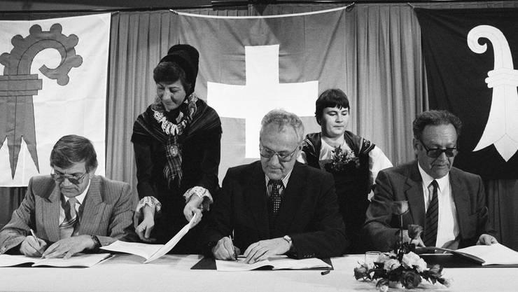 Der 10. Februar 1983 markierte den Anfang eines langjährigen Konflikts: Der Vorvertrag, der den Anschluss des Laufentals an den Kanton Baselland definieren sollte, wird unterzeichnet. In der Mitte: Der Laufner Nationalrat Rainer Weibel.