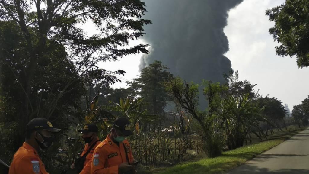 Nach einer Explosion ist es in der Pertamina Balongan Raffinerie zu einem Großbrand gekommen. Foto: Uncredited/AP/dpa