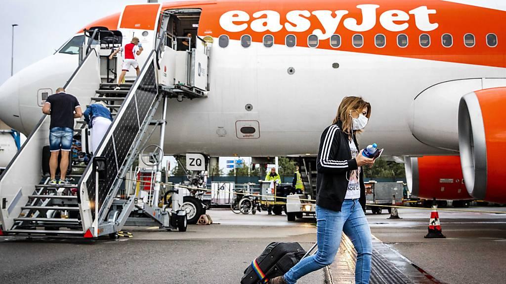 Der Billigflieger Easyjet hofft auf eine Rückkehr der Passagiere im Sommerquartal (Archivbild)