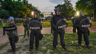 Polizei in «riot gear» vor dem Weissen Haus: Den Gesetzeshütern stehen Reformen bevor.