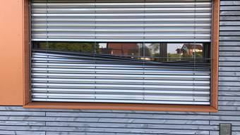 Vandalen beschädigen Fensterstoren am Schulhaus Bach in Remetschwil