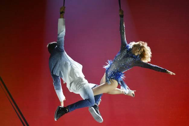 Der Tänzer und Luftakrobat gehört zu ihrer Tour-Crew.