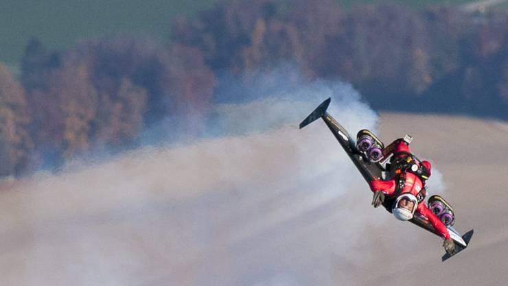Der ehemalige Swiss-Pilot Yves Rossy ist der erste Mensch, der mit düsenbetriebenen Flügeln durch die Luft fliegt. Hier zeigt er bei der Ortschaft Bercher im November 2010 seine Loopings.