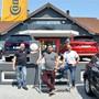 Betriebsleiter Pascal Schubiger, Verkaufsleiter Jason Brumann und Geschäftsführer Walter Brumann (v.l.) vor ihrem neuen Ausstellungshaus. Christian Breitschmid