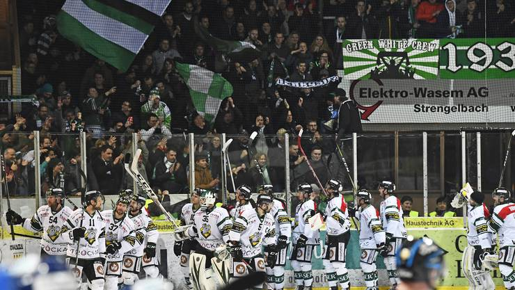 Die EHCO-Spieler bedanken sich nach dem ersten Halbfinalspiel in Langenthal bei ihren Supportern.