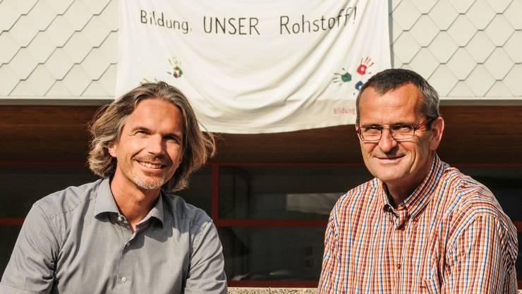 Schulpflegepräsident Andreas Rauch mit Schulleiter Guido Wirth vor der Schulanlage Isenlauf. Toni Widmer
