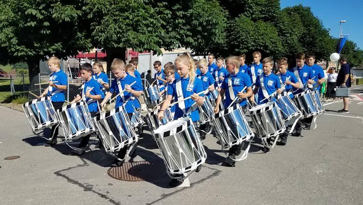 Die Jungtambouren Lenzburg führen den Othmarsinger Jugendfest-Umzug an.