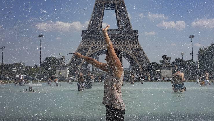 Während der Hitzewelle im Juni suchen Einwohner von Paris Abkühlung in öffentlichen Brunnen. Weltweit müssen sich Metropolen auf eine Erwärmung des Stadtklimas einstellen.  (Bild: Ian Langsdson/EPA Keystone)