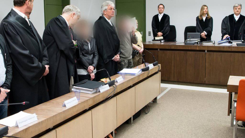 """Drei der vier Angeklagten beim Prozessauftakt in München: Die längsten Haftstrafen bekamen die beiden Rädelsführer der """"Oldscool Society"""". Mit dem Strafmass blieb das Gericht unter der Forderung der Bundesanwaltschaft - die Verteidiger hatten Freisprüche gefordert. (Archiv)"""
