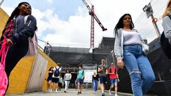 Die Schüler verlassen die Kantonsschule Olten, die derzeit eine grosse Baustelle ist. Im Neubau werden viele von ihnen nicht mehr unterrichtet werden.