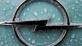 Regentropfen auf Opel-Signet (Archiv)