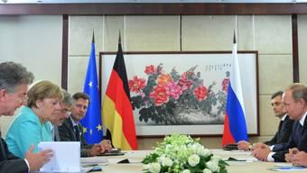 """Merkel und Putin sprachen über die Umsetzung des Minsker Abkommens. Thema war auch der Bürgerkrieg in Syrien und die """"katastrophale"""" humanitäre Lage in Aleppo."""