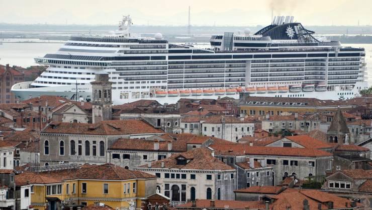 Gewisse europäische Städte werden von Touristen geradezu überrannt. Im Bild: Das Kreuzfahrtschiff MSC Preziosa in Venedig. (Archivbild)