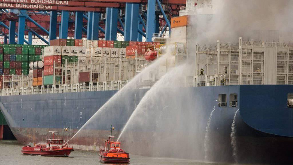 Mit Löschbooten wurden die unter Deck aus einem oder mehreren Frachtcontainern schlagenden Flammen bekämpft.