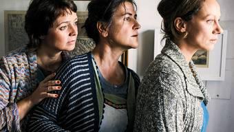 """Ein Gemeindepfarrer mit indischen Wurzeln bringt Aufregung in ein rätoromanisches Dorf: Carla (Marietta Jemmi), Ladina (Anita Iselin) und Mona (Rebecca Indermaur) in """"Amur senza fin"""". (Pressebild)"""