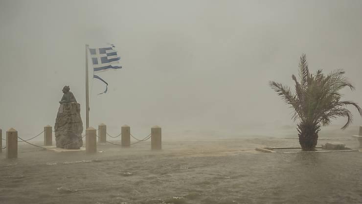 dpatopbilder - Meerwasser von brechenden Wellen überflutet eine Straße. Der schwere Herbststurm «Ianos» mit den Merkmalen eines Hurrikans hat sich in der Nacht zum Freitag langsam entlang der Küste der griechischen Halbinsel Peloponnes bewegt. Foto: Nikiforos Stamenis/AP/dpa