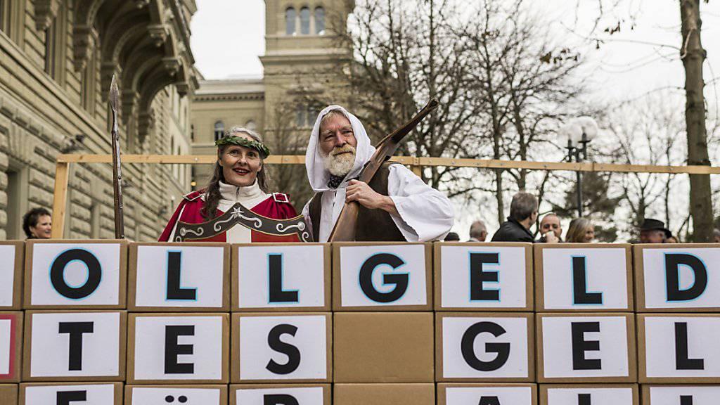 Kostümierte Aktivisten und Aktivistinnen reichen bei der Bundeskanzlei die Vollgeld-Initiative ein. (Archivbild)