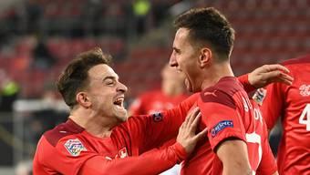 Shaqiri jubelt mit Gavranovic über die Schweizer Führung. Am Ende reicht es nicht zum Sieg.