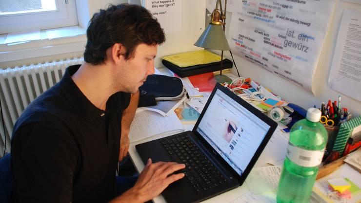 Simon Libsig vor seinem Computer.