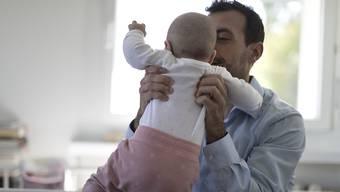 Frisch gebackene Väter sollen dank Vaterschaftsurlaub eine stärkere Bindung zum Kind aufbauen.