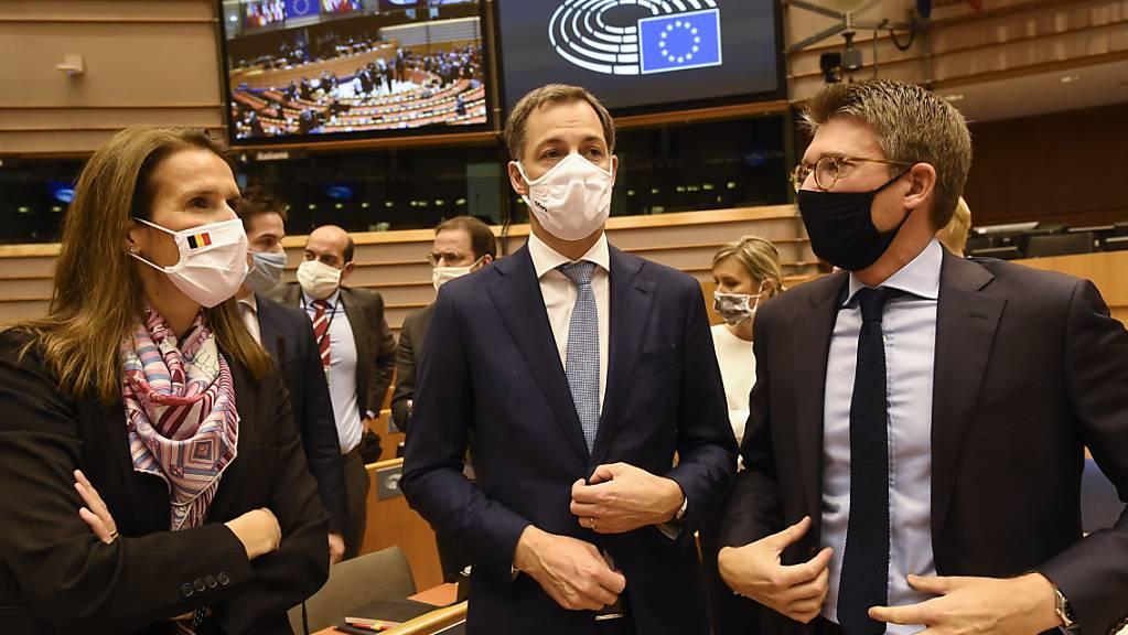 Belgiens Aussenministerin Sophie Wilmes, Ministerpräsident Alexander De Croo und Wirtschaftsminister Pierre-Yves Dermagne nehmen in Brüssel an einer Plenarsitzung nach der Vertrauensabstimmung teil.