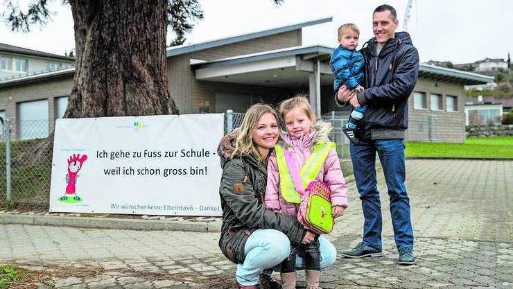 «Ich gehe zu Fuss zur Schule»: Für die Kinder der Familie Pfulg, hier vor dem Kindergarten in Meggen, geht dieser Wunsch nicht in Erfüllung.