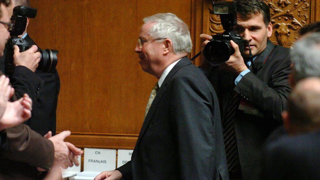 Christoph Blocher (SVP) verlässt nach seiner Abwahl im Dezember 2007 das Parlament. Seine verspätete Geltendmachung eines Ruhegehalts sorgte für kontroverse Reaktionen. (Archivbild)