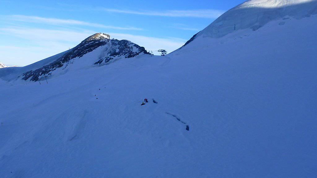 Die Unglücksstelle im Skigebiet Mittelallalin: Unter dem Gewicht des Snowboarders brach die Schneebrücke in sich zusammen - der junge Mann stürzte darauf in eine 35 Meter tiefe Gletscherspalte.