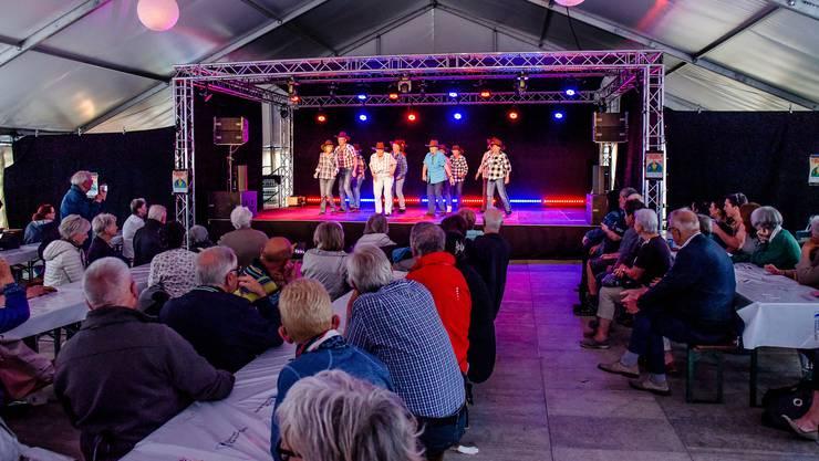 Auftritt der Dietiker Happy Line Dancer  im Sommerfest-Zelt.  © Hansjörg Frei